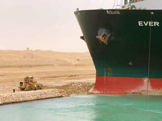 Buque atascado en Canal de Suez afecta navegación mundial