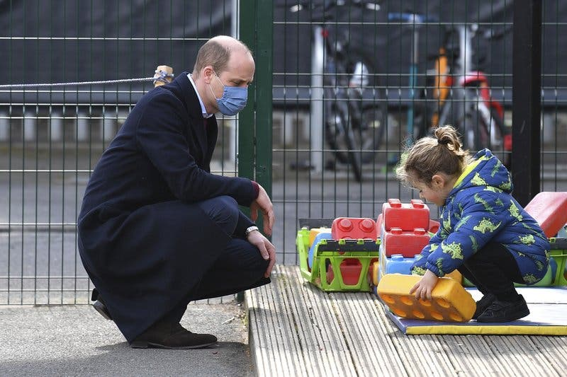 Príncipe Guillermo defiende la familia real de acusaciones de Enrique y Meghan
