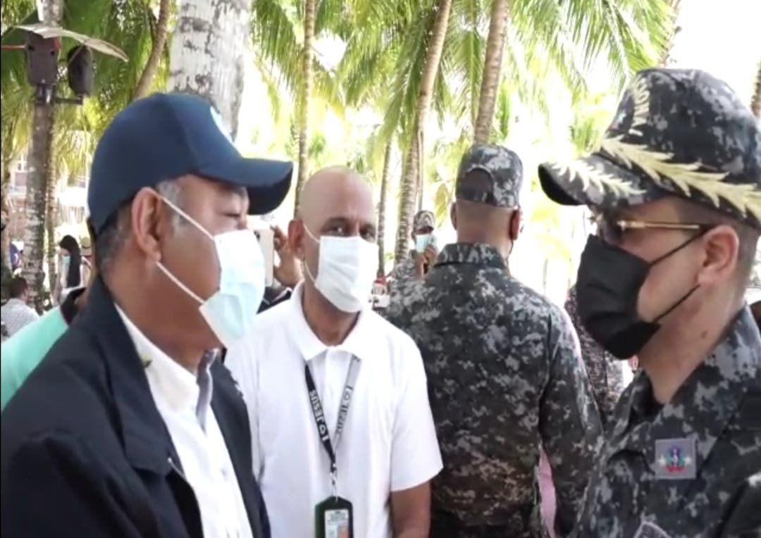 Alcaldía de Boca Chica y director de la Policía supervisan playa durante asueto de Semana Santa