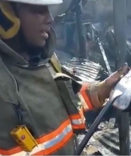 Se hace viral, video de bombero leyendo mensaje bíblico tras incendio en San Carlos