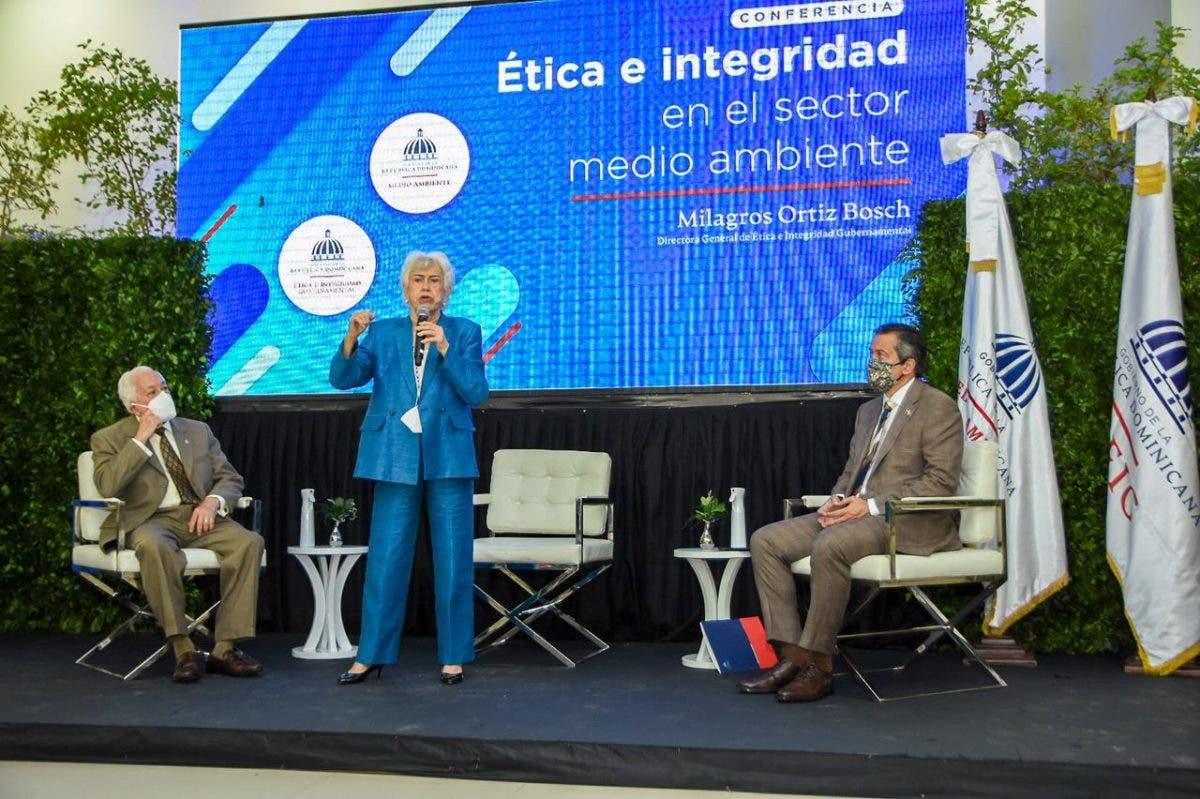 Directora de Ética, Milagros Ortiz Bosch, imparte charla en Ministerio de Medio Ambiente