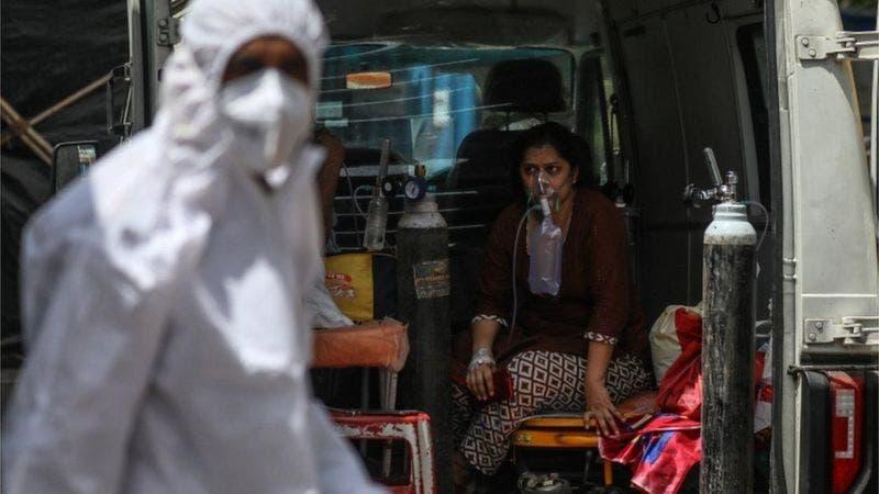 Nuevo récord de 300.000 casos diarios en India en plena crisis de suministro