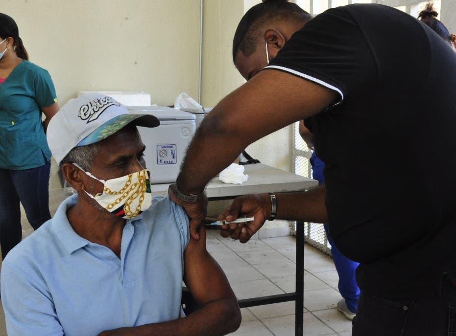 Ciudadanos acogen llamado y asisten a centros de vacunción contra COVID