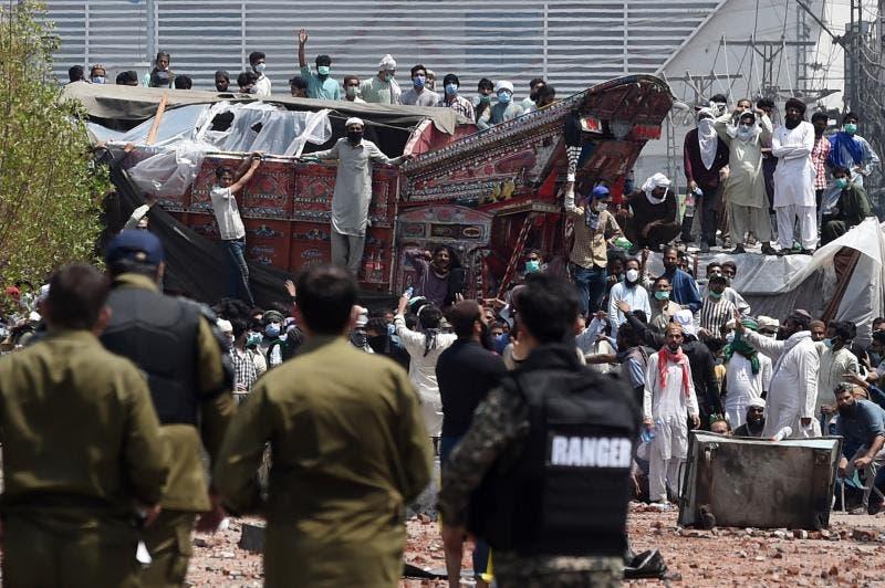 Al menos once heridos en choques entre la Policía e islamistas en Pakistán