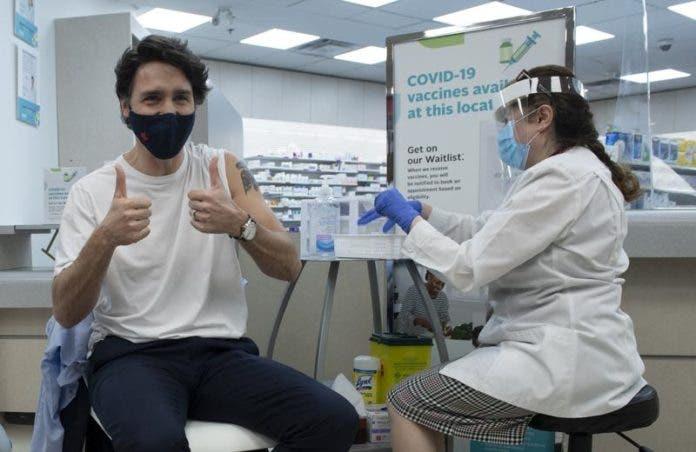 El primer ministro canadiense Justin Trudeau alza los pulgares tras recibir la vacuna de AstraZeneca contra el coronavirus en Ottawa el viernes, 23 de abril del 2021. Canadá comenzará a recibir vacunas de Pfizer para el coronavirus de Estados Unidos a partir de la semana próxima, dijo el viernes un portavoz de la compañía, en la que será la primera vez que Estados Unidos ha permitido que esa vacuna sea exportada a Canadá. (Adrian Wyld/The Canadian Press vía AP)