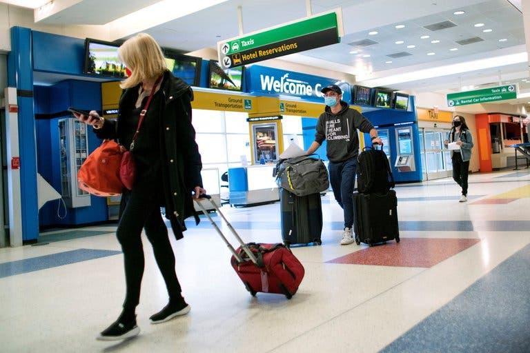 Los CDC anunciaron que los estadounidenses vacunados pueden volver a viajar sin testeos ni cuarentenas