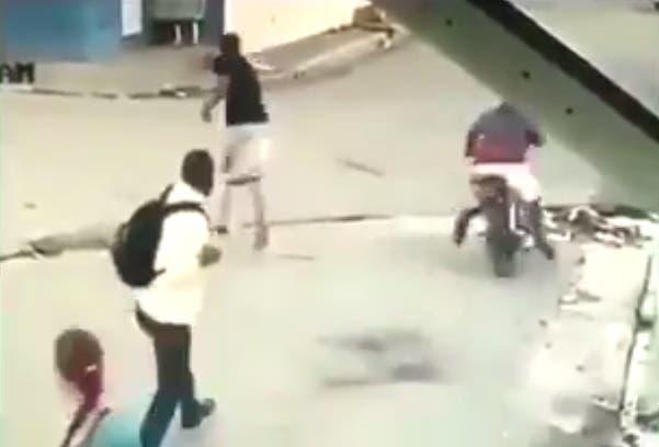 Video muestra cómo hombre recibió a tiros a dos que iban a asaltarlo en Los Alcarrizos