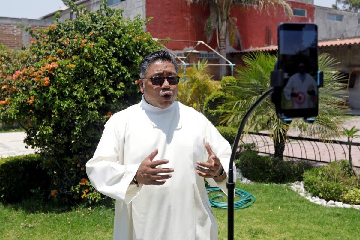 Conozca al Padre Cheke, el sacerdote que arrasa en TikTok hablando de Dios