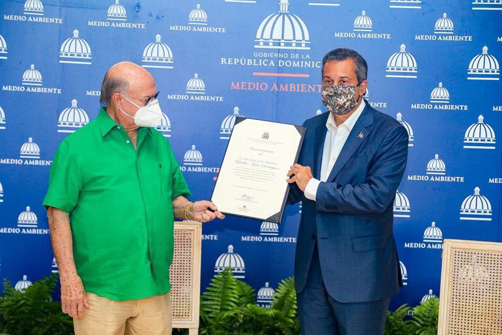 Medio Ambiente reconoce a Hipólito Mejía por aprobación de Ley 64-00