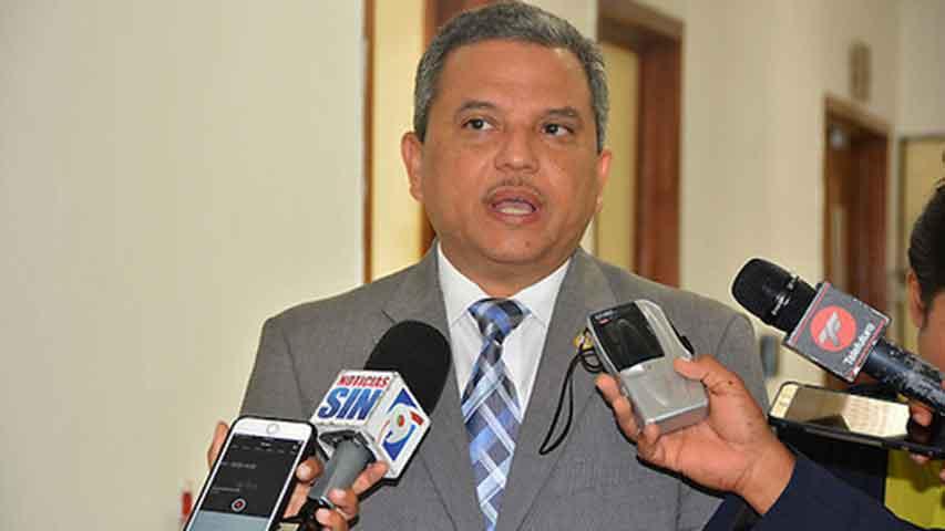 Fidel Santana reitera que la ley no le prohíbe ser Defensor del Pueblo