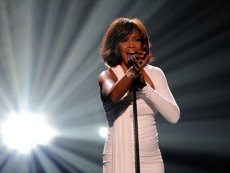 Los trágicos finales de Whitney Houston: Sobredosis, muerte y el mismo dealer como hilo conductor