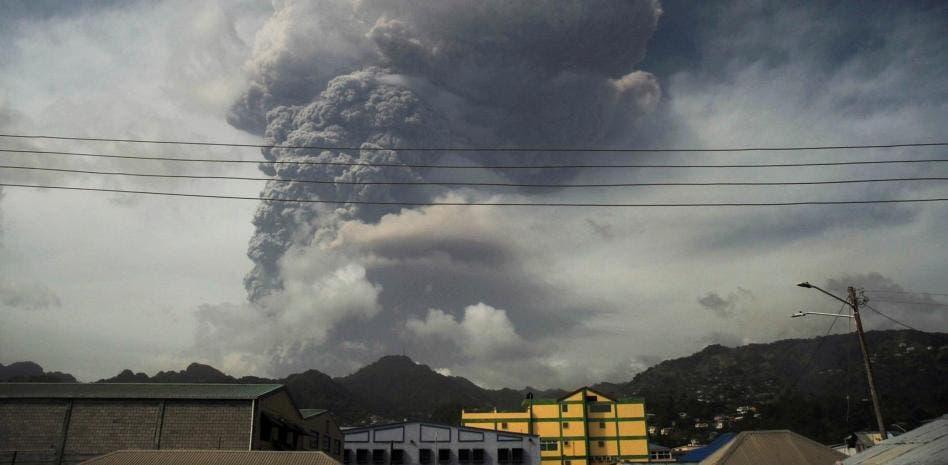 El volcán La Soufriere continúa lanzando cenizas a 8.000 metros de altura