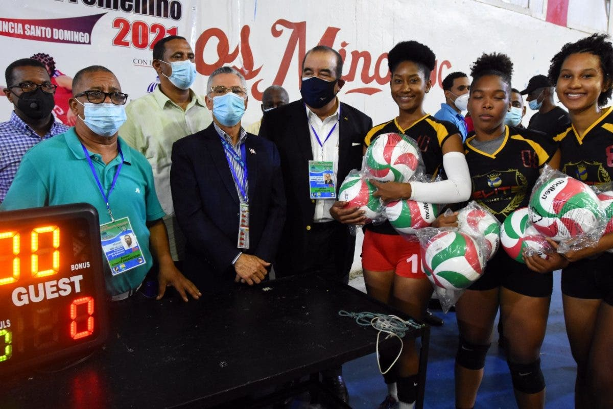 Cristóbal Marte entrega utilería a clubes de voleibol en Santo Domingo