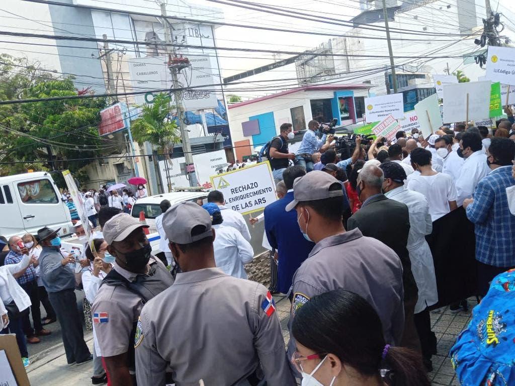 Médicos marchan en protesta por reajuste de tarifas por las ARS