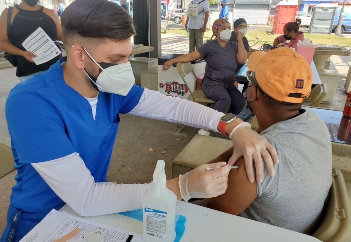 Vacunan contra COVID-19 a inmigrantes indocumentados en Puerto Rico