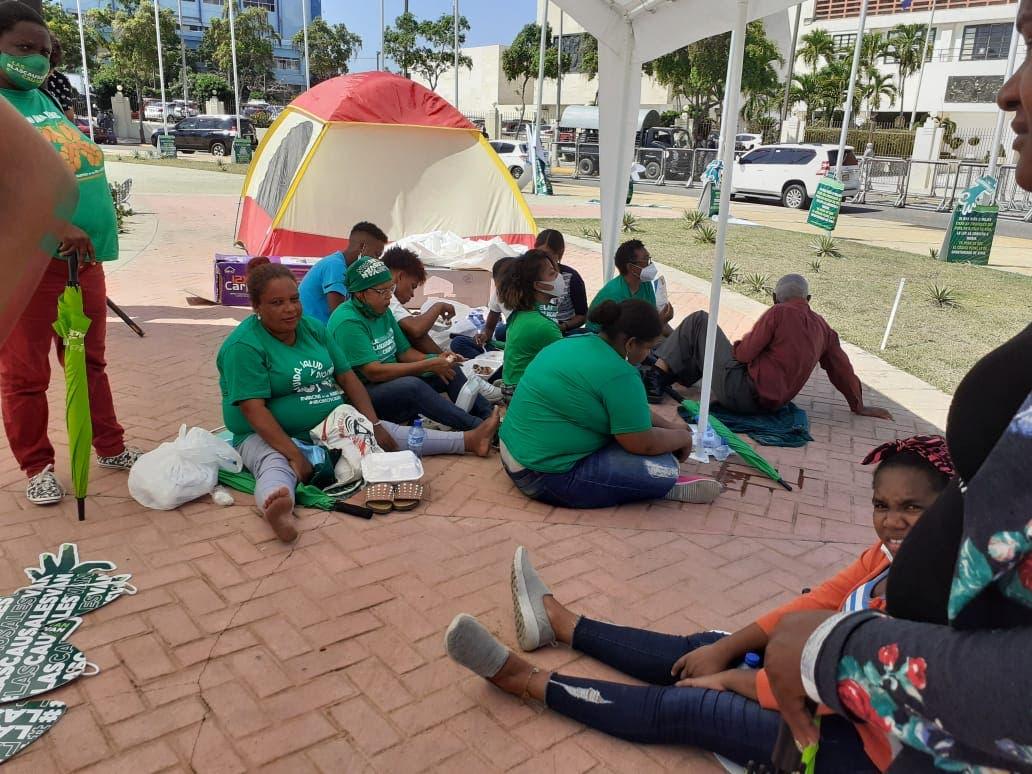 Activistas vuelven a instalar carpas frente al Congreso Nacional