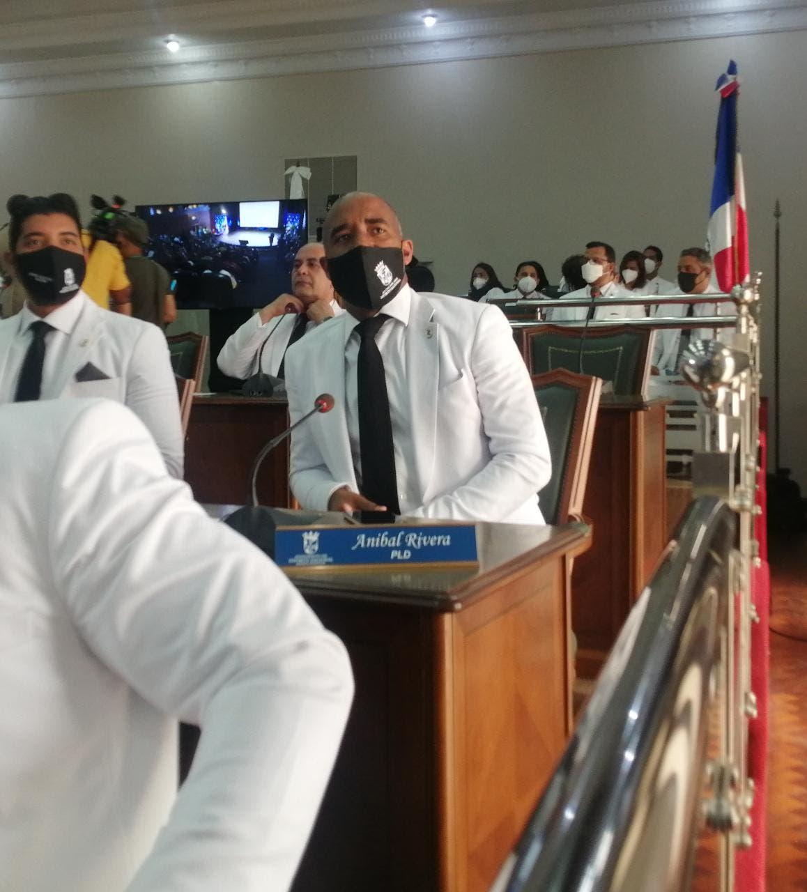 Regidor Aníbal Rivera renuncia del PLD y pasa a Fuerza del Pueblo