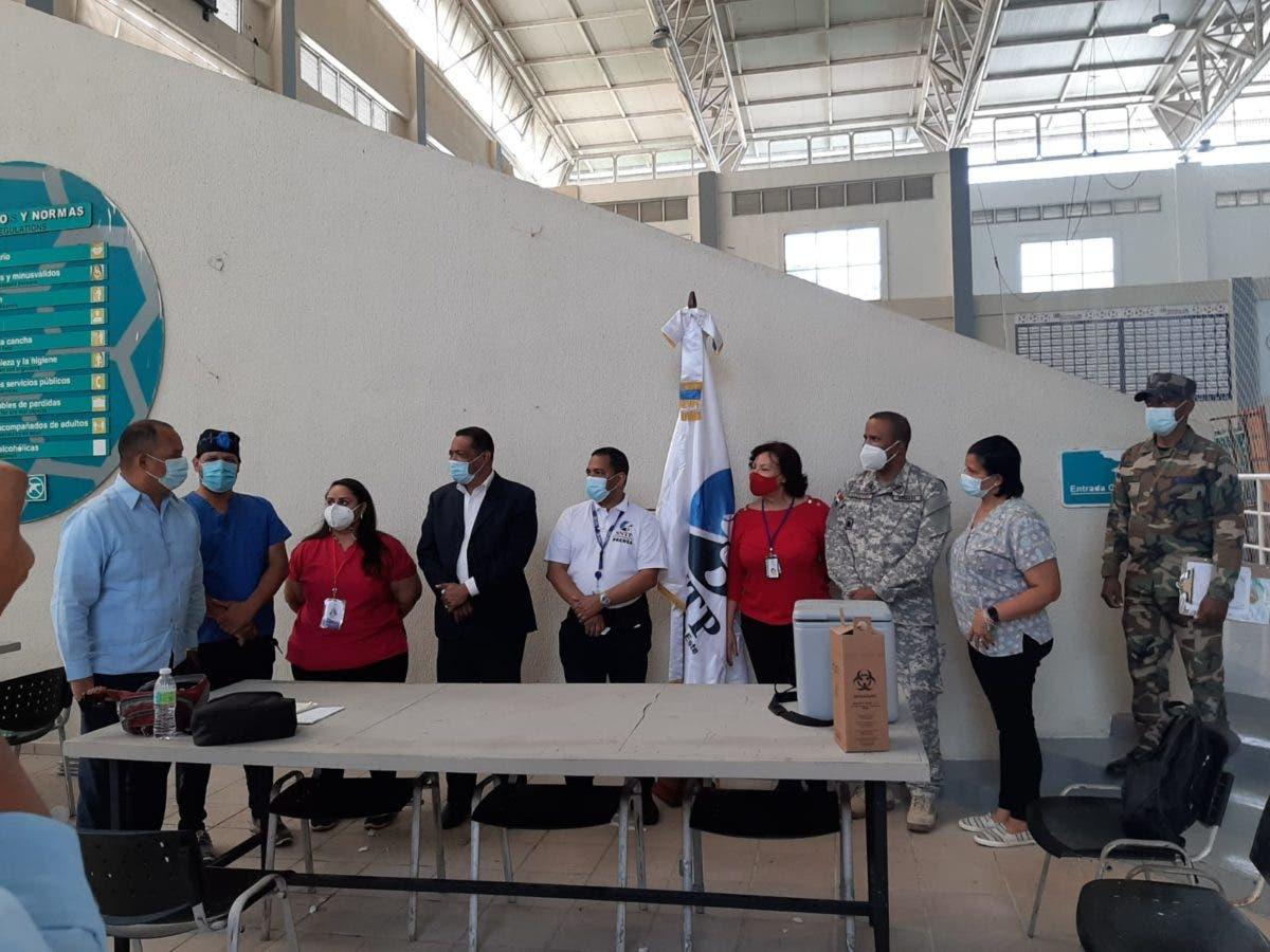 Vacunan contra Covid-19 personal de prensa en Santo Domingo Este y   Boca Chica