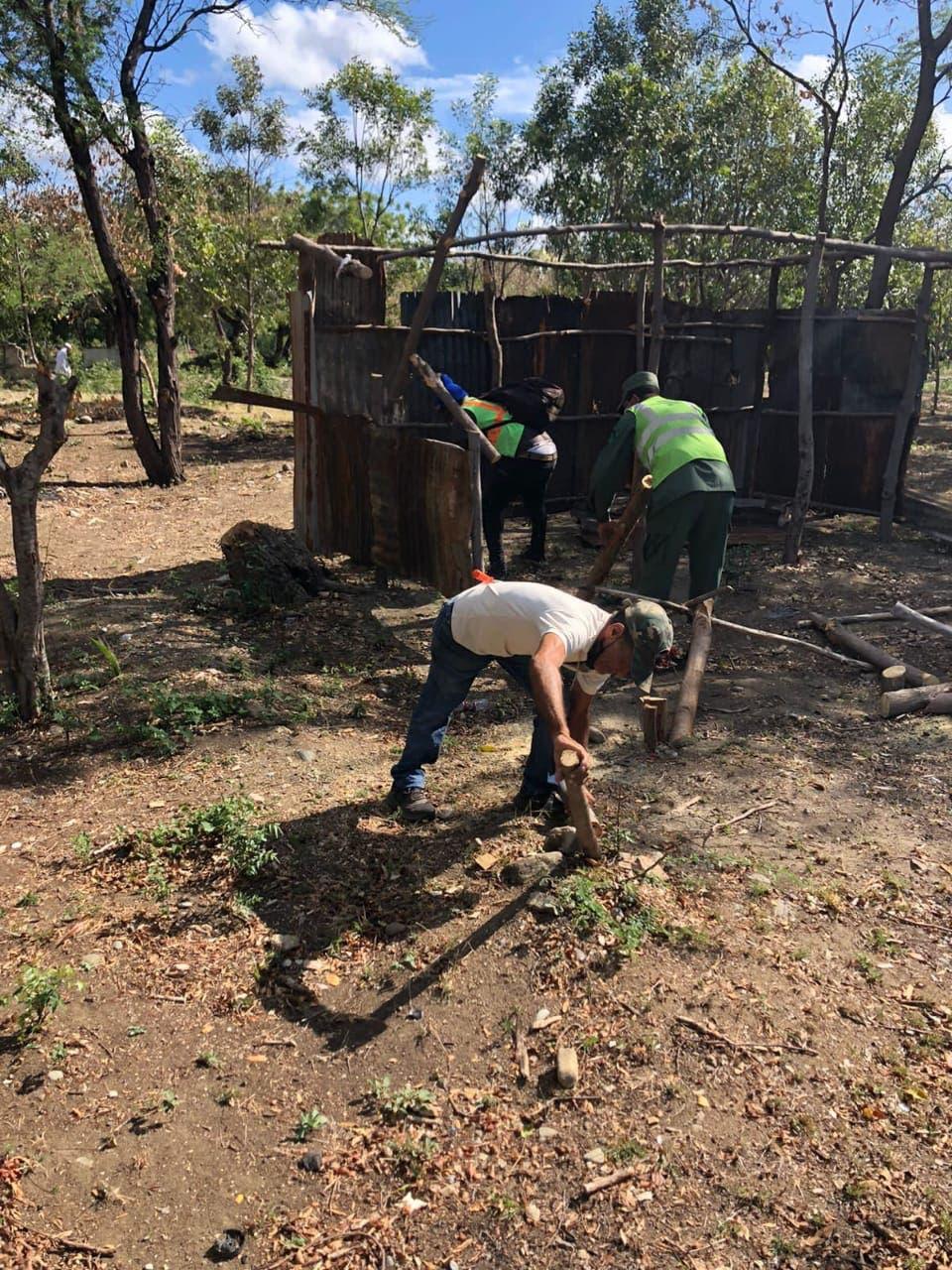 Desalojan más de 300 familias ocupaban terrenos de forma irregular en Baní