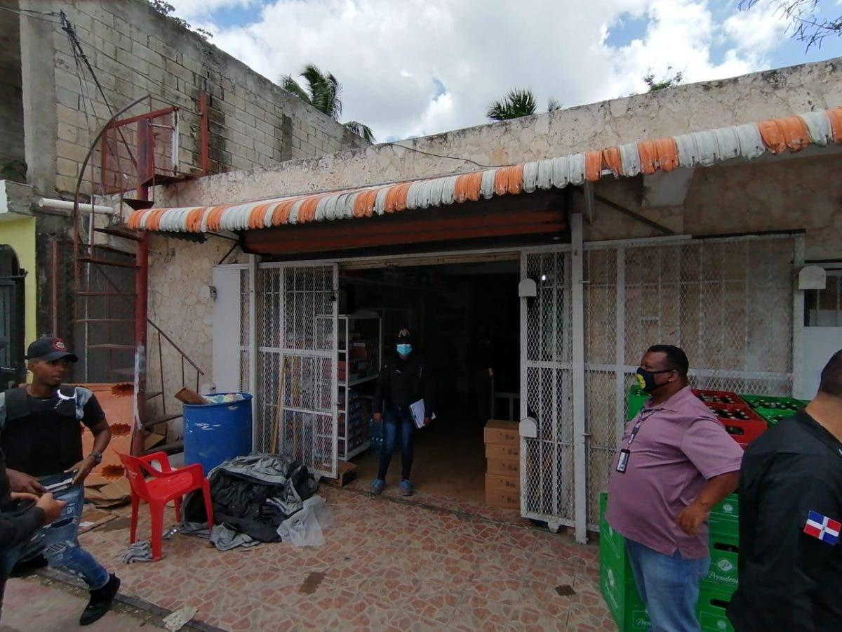 Decomisan miles de botellas de bebidas adulteras y apresan a varios en Boca Chica