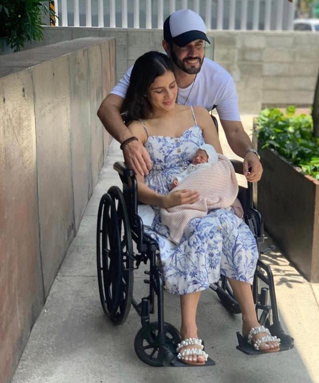 Esposa de Manny Cruz recibe el alta médica junto a su hija Montserrat