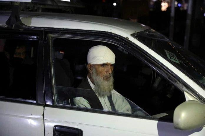 Un herido en el atentado es transportado a un hospital en Kabul, este viernes.