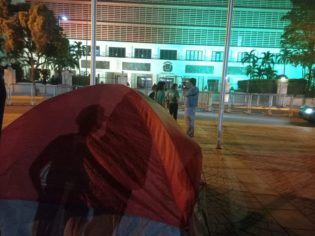 En videos, Policía desmonta carpas instaladas frente al Congreso por activistas de las causales