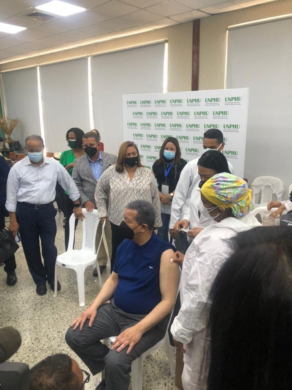 Leonel Fernández se vacuna contra COVID-19