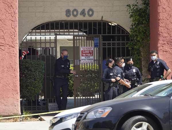 Hallan tres niños asesinados en apartamento de Los Ángeles; arrestan a la madre