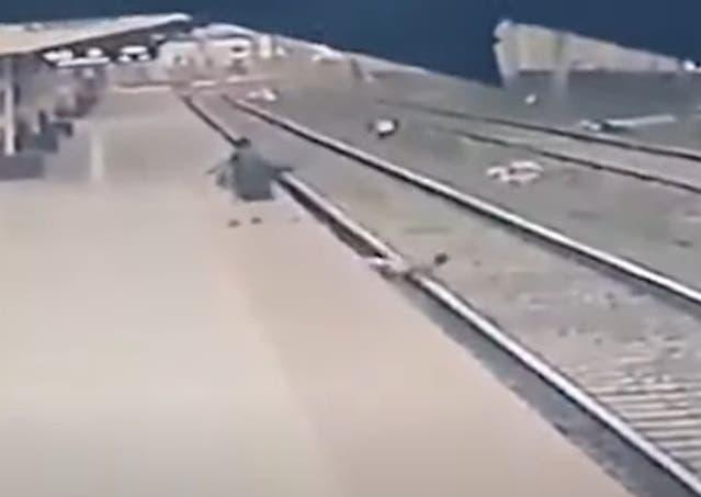 Video del asombroso rescate de un niño de seis años en la India