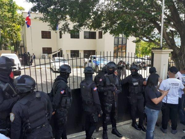 Policías de Villa Altagracia dan su versión sobre el acribillamiento por error a pareja cristiana
