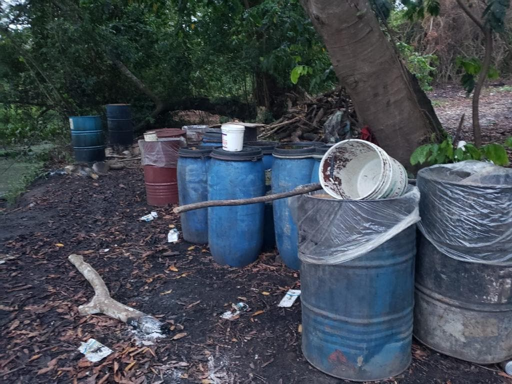 Desmantelan laboratorios clandestinos de producción de clerén en Monte Plata y Barahona