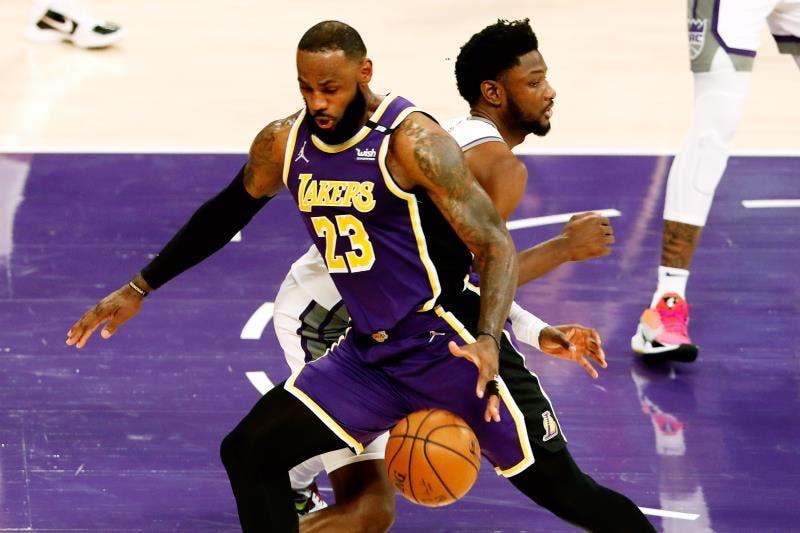 Kings endosan una derrota a Lakers en el retorno de James