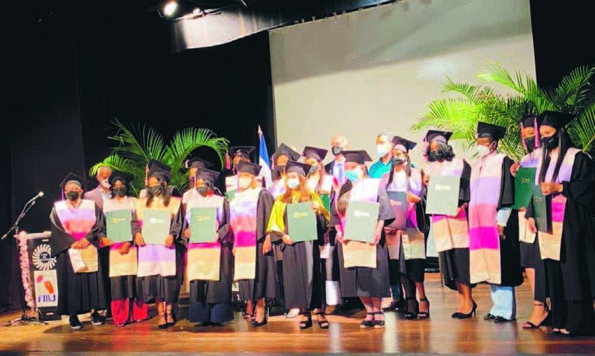 Jóvenes se gradúan en el Instituto  Técnico Superior Mercy Jácquez