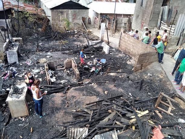Incendio destruye cinco casas a y deja cuatro afectadas en Santiago