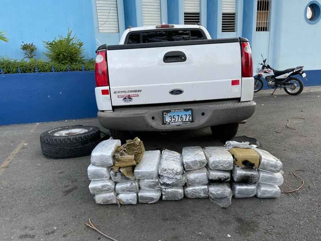 Video: Escondieron 26 pacas de marihuana en el chasis de una camioneta en Azua