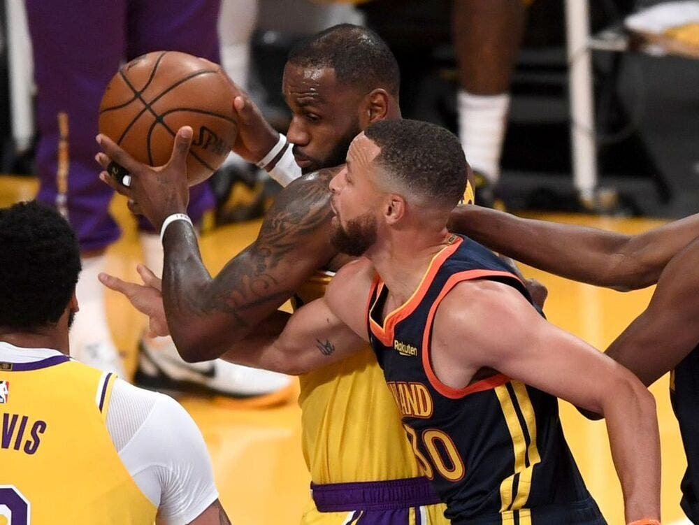 Triple de LeBron James tumba a los Warriors y mete a los Lakers en playoffs