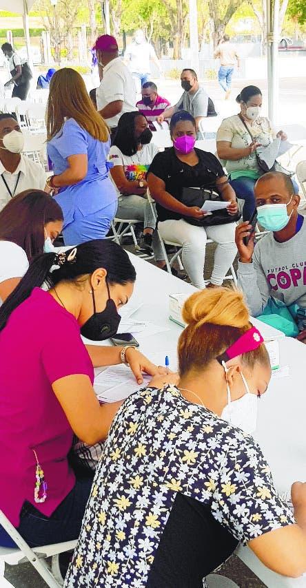 Santiagueros abarrotan centros para vacunarse