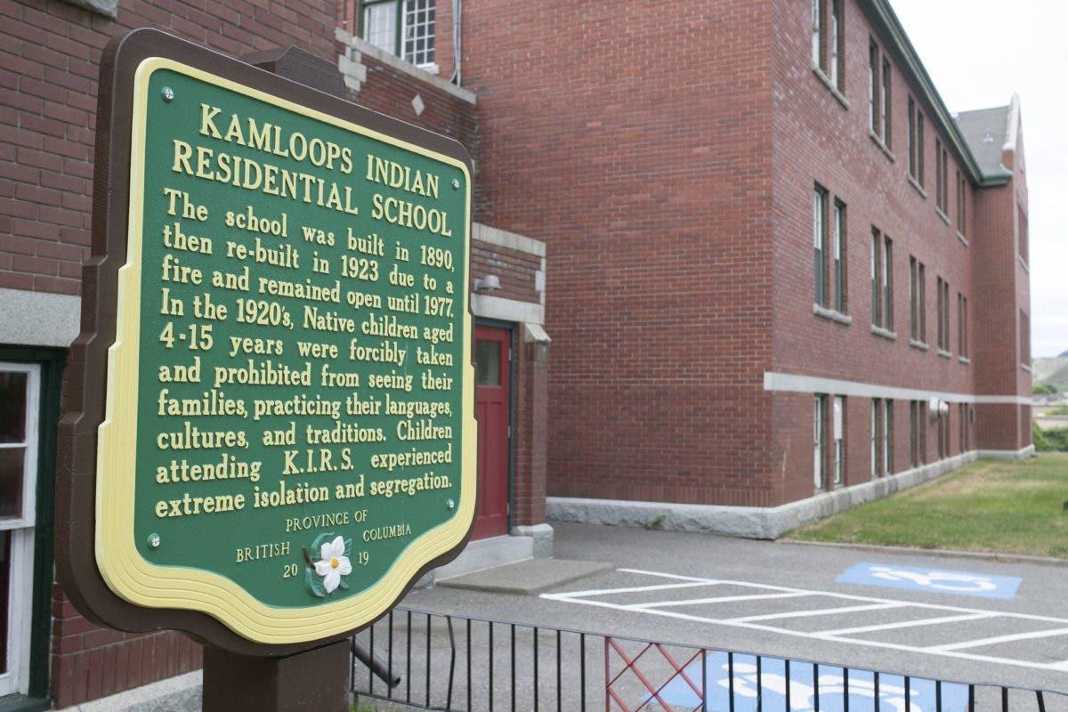 Encuentran restos de 215 niños en fosa común dentro de una escuela en Canadá