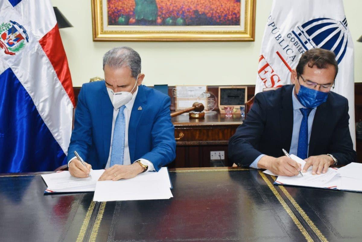 MESCYT y Universidad de Anáhuac Cancún firman convenio para realizar un doctorado en turismo y seis maestrías