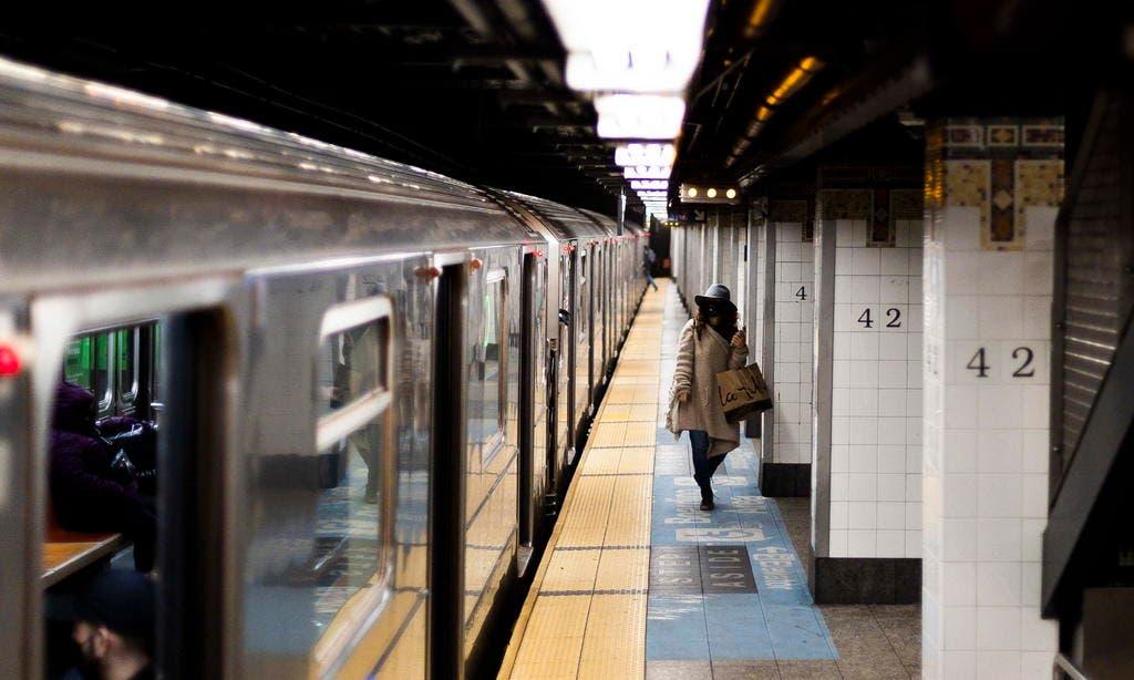 Metro de Nueva York recupera su servicio de 24 horas tras un año de parón
