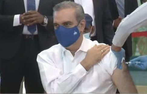 Presidente Abinader recibe primera dosis de la vacuna anticovid