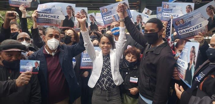"""A grito de """"¡Ella es!"""" la dominicana Pierina Sánchez inaugura comando de campaña en El Bronx"""