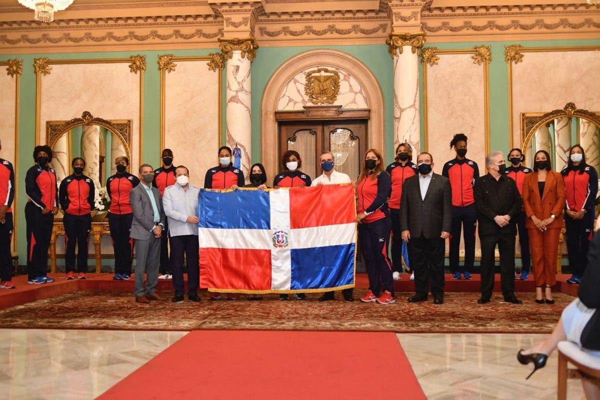 Abinader entrega bandera a Reinas del Caribe; afirma: «Cuenten siempre con el apoyo del gobierno»