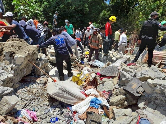 Dos personas fallecidas por derrumbe en Baní