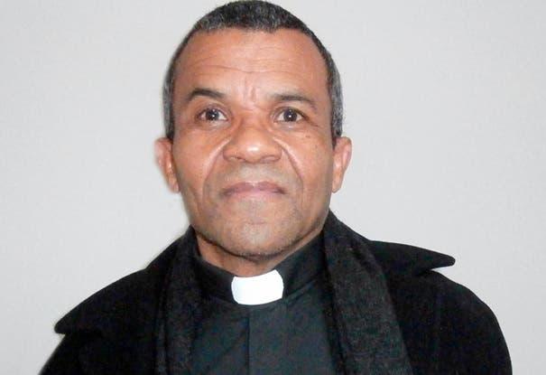 Dominicanos NY lamentan acusación contra padre Fajardo