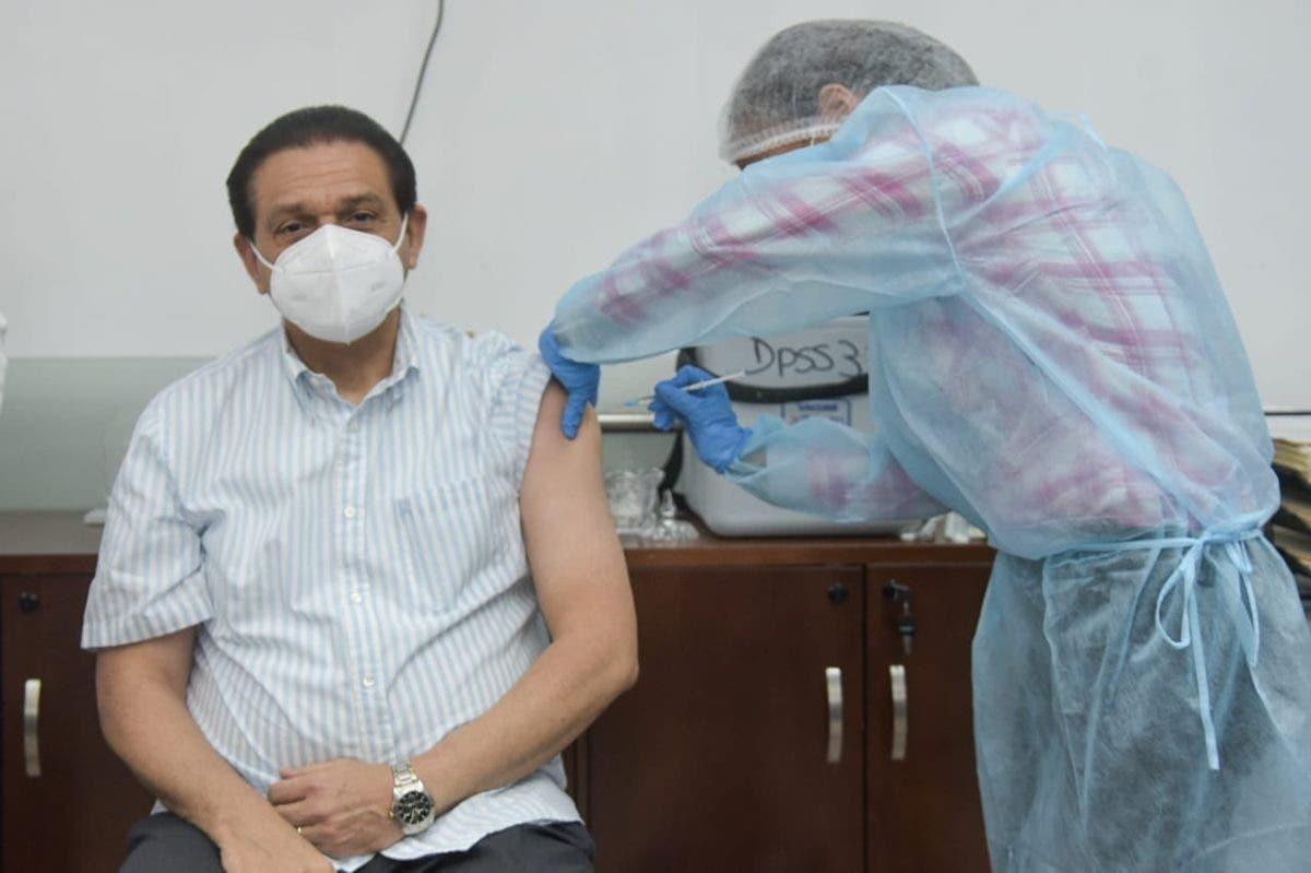 Ministro de Salud se vacuna contra COVID-19; dice el virus «está controlado»