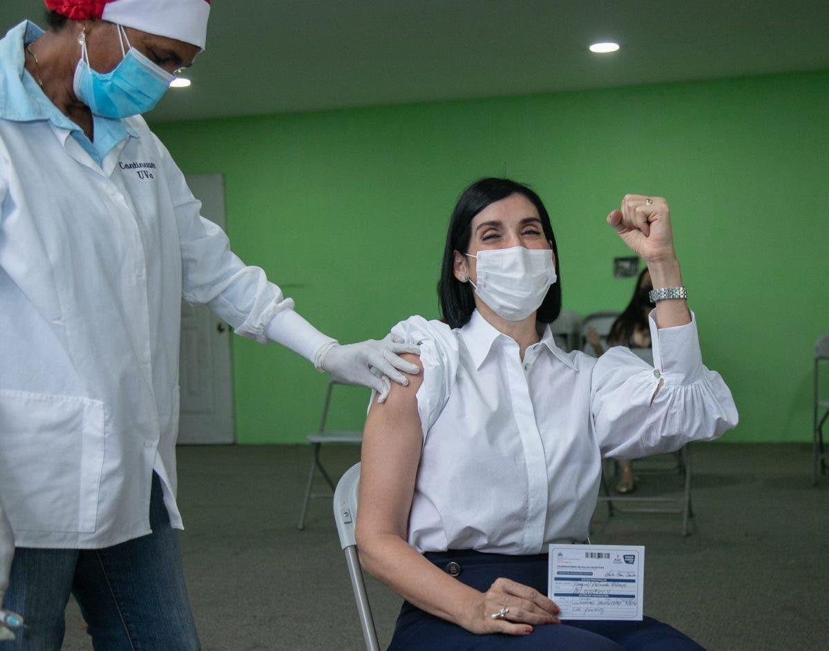 Primera dama Raquel Arbaje se vacuna contra COVID-19