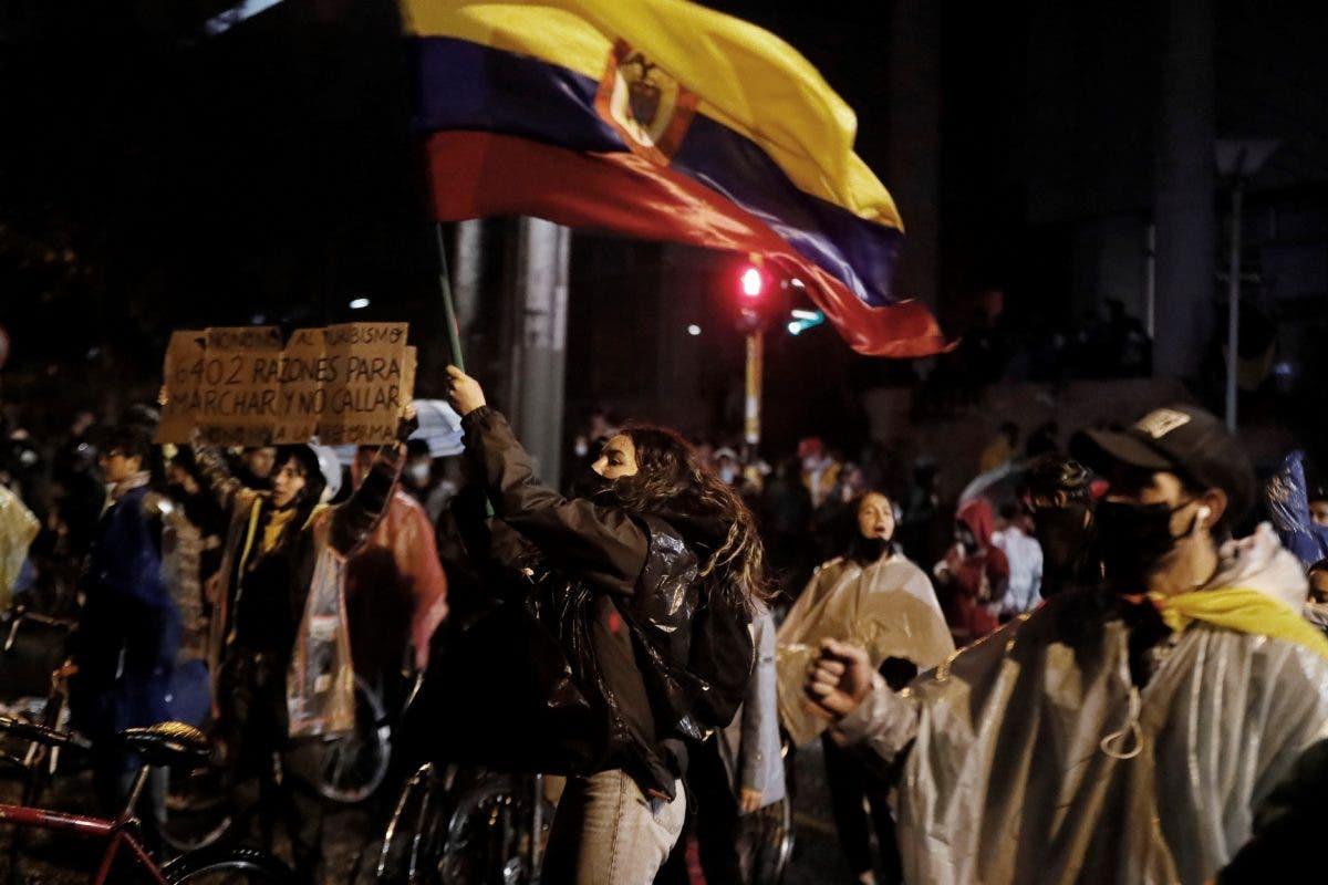 Noche de caos en Colombia con incendio de puestos policiales y  cacerolazos