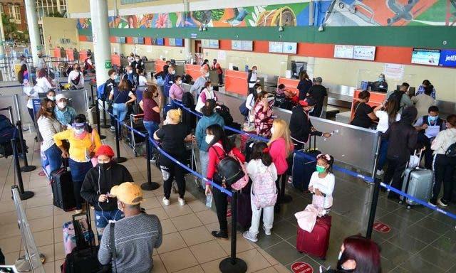 En siete aeropuertos de Nueva York vacunan los pasajeros contra covid-19